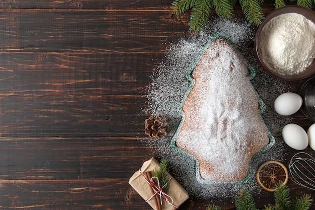 コンセプトのクリスマスカード。自家製のベーキング、材料、クリスマスツリーの形をしたビスケット、ギフト、トウヒの枝や装飾品。上面図、フラットレイ。