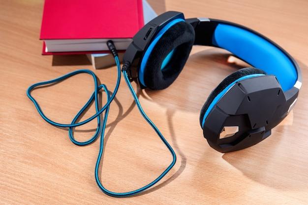 개념은 오디오북을 듣는 것입니다. 현대 헤드폰은 책에 연결되어 있습니다.