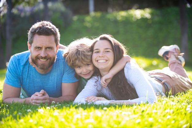 抱きしめて抱きしめる幸せな家族の概念