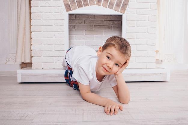 Концепция здорового образа жизни, защита детей, домашний интерьер - ребенок играет в прятки в камине.