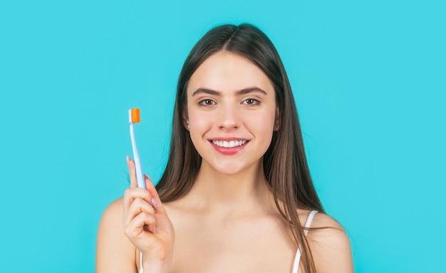 Концепция здорового образа жизни. счастливая девушка, ее зубы щеткой.