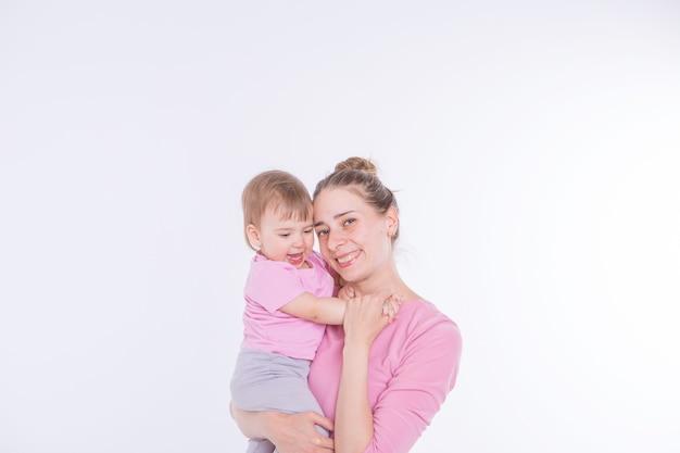 건강한 라이프 스타일의 개념, 어린이 보호, 쇼핑-어머니의 팔에있는 아기. 여자가 아이 들고
