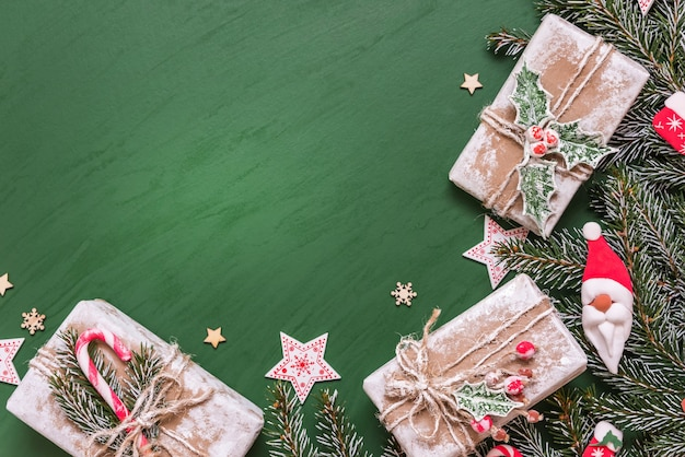 Концепция новогоднего праздника. еловые ветки, подарки и различные украшения. рождественские концепции с космическим копированием.
