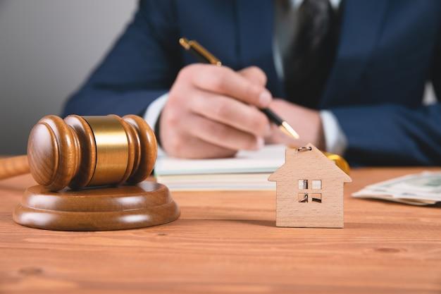 離婚の際の不動産オークションまたは家の分割の概念。司法の先入観