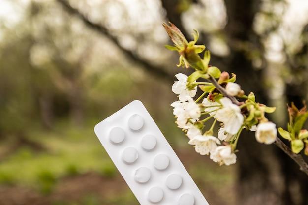 春の開花中の抗アレルギー薬の概念。