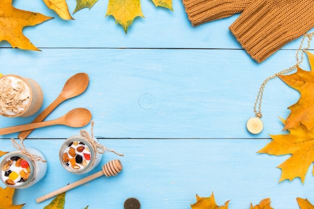 カエデの葉と秋の背景の概念。