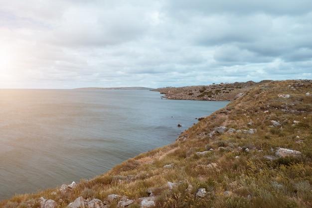 레크레이션 여행 보트 타기의 개념은 rsea 바다 산 하늘에서 푸른 물을 튀깁니다.