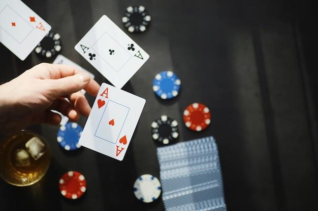 카드 트릭 및 프레젠테이션의 개념입니다. 게임에서 샤피의 개념. 공중에 날아다니는 카드. 마술사는 생각의 힘으로 카드를 올립니다.