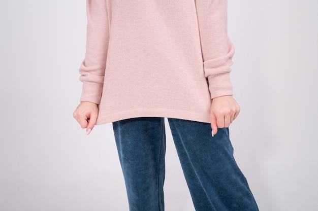 Концепция повседневной удобной женской одежды пастельных тонов, базовый гардероб.