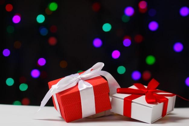 Концепция рождества и нового года. подарки на столе.