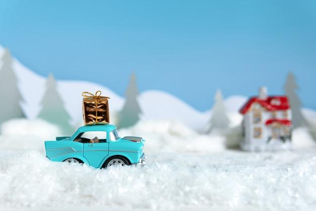 Концепция рождества и нового года. чебоксары. россия-19 октября 2019: рождественский автомобиль с подарками едет на праздник.