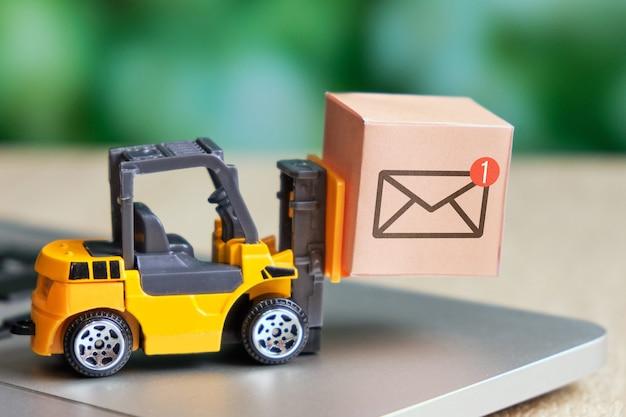 輸送および宅配会社への連絡先およびメッセージの概念。