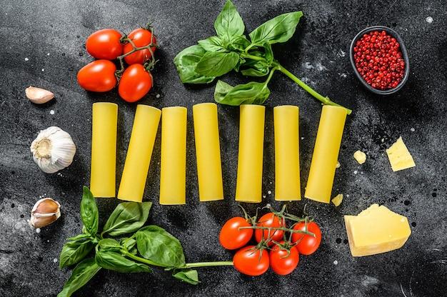 Концепция приготовления пасты каннеллони ингредиенты базилик черри помидоры