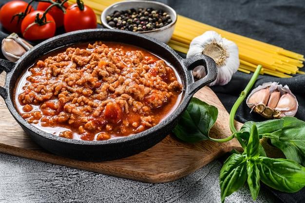 トマト、チーズ、バジルのパスタボロネーゼスパゲッティを調理するコンセプト