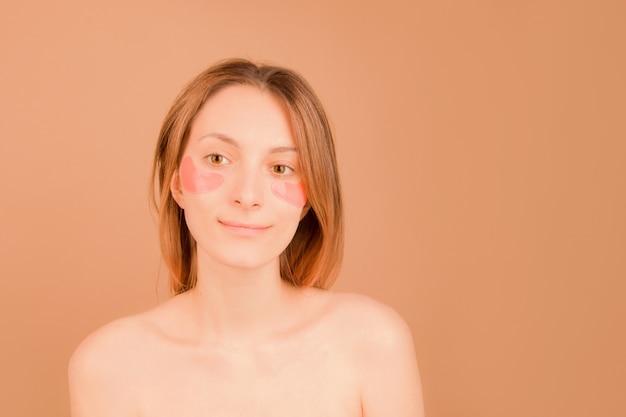 Концепция косметического ухода за кожей под глазами. девушка с пятнами под глазами