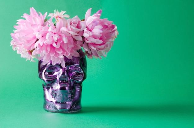 휴일 dia de muertos를 위한 장식의 개념. 녹색 배경에 화환이 있는 장식용 컬러 해골, 선택적인 배경, 텍스트 복사