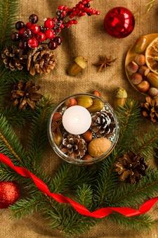天然有機素材を使って自分の手で新年のテーブルを飾るというコンセプト。構図の中央にある白いろうそく。