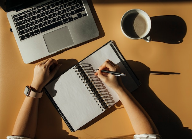 デスクトップノートパソコンとコーヒーの概念
