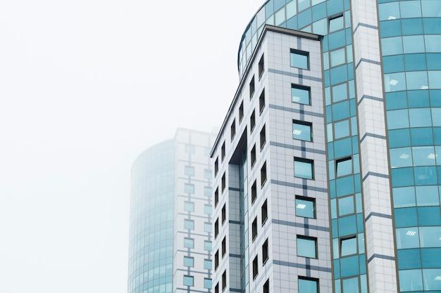 개발, 성공, 리더십, 비즈니스, 사무, 건설의 개념. 안개 속에서 두 개의 사무실 건물입니다.