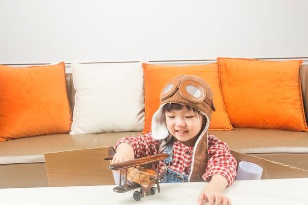 꿈과 여행의 개념 아이는 조종사의 역할을하고 우주로 날아가는 꿈을 꾼다.