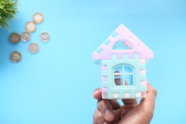 金融の概念の概念、手に家を持っている人