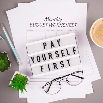 Концепция финансового планирования и накопления личных средств. рабочий стол с распечатками и таблицами.