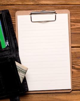 Понятие финансирования и кредита. чистый лист бумаги рядом с кошельком.