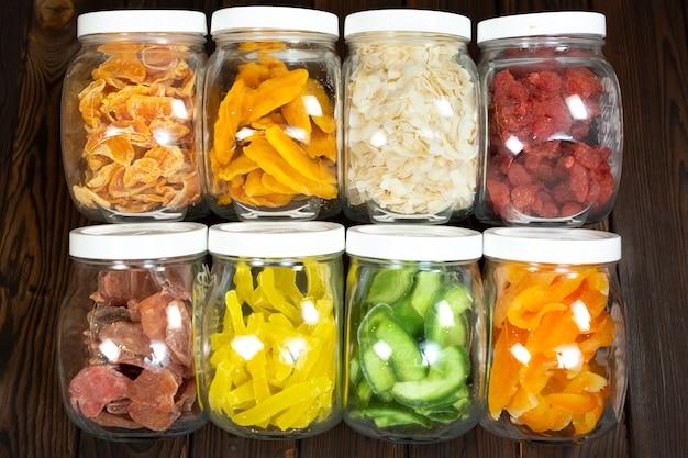 ドライフルーツの缶の食品、貯蔵、栄養のクローズアップの概念