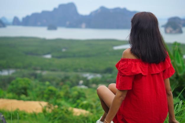 Концепция свободы и приключений залив фанг нга на смотровой площадке самед нанг чи таиланд