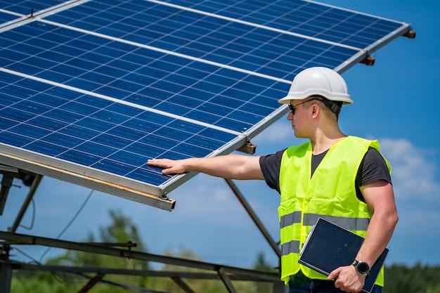 녹색 새로운 에너지의 개념입니다. 태양광 발전소의 엔지니어.