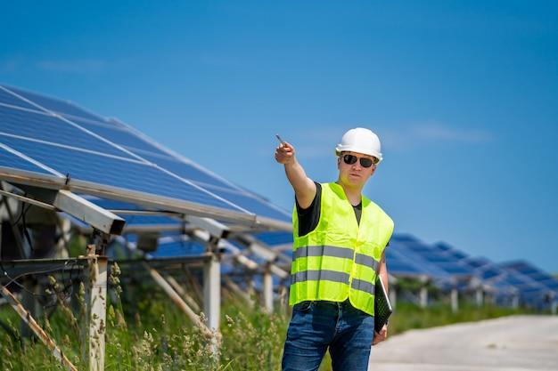 Концепция новой зеленой энергии. инженер солнечной базы снова обсуждает планирование и техническое обслуживание.