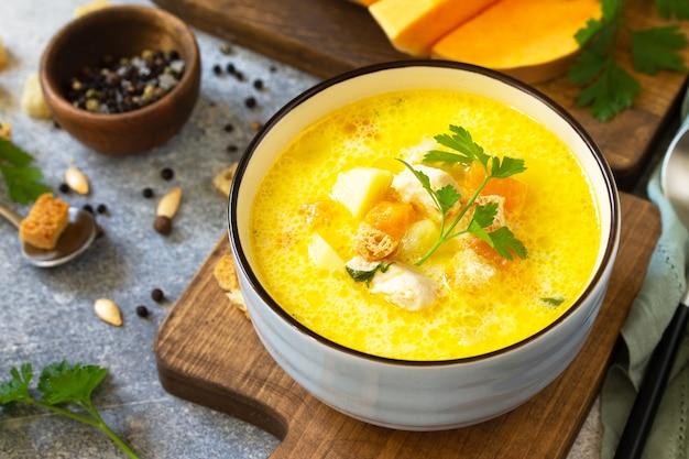 健康とダイエット食品の概念テーブルの上にクリームと秋のカボチャと七面鳥のスープ