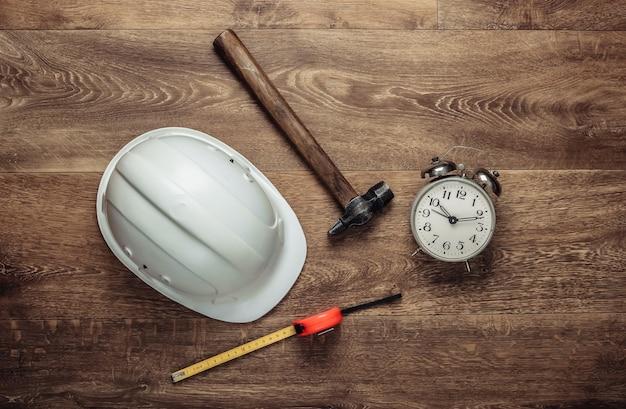 家の修理の概念。作業工具、床の目覚まし時計。上面図