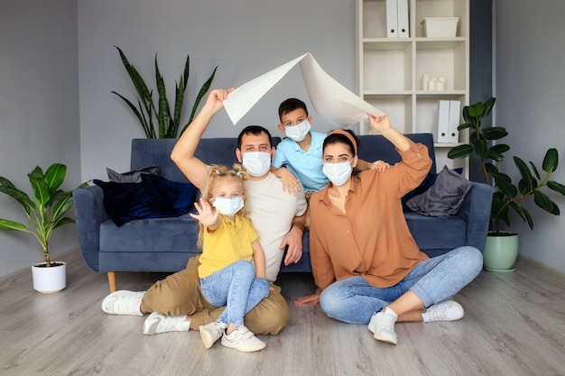 Концепция жилья для молодой семьи. мать, отец и дети в новом доме с крышей в доме