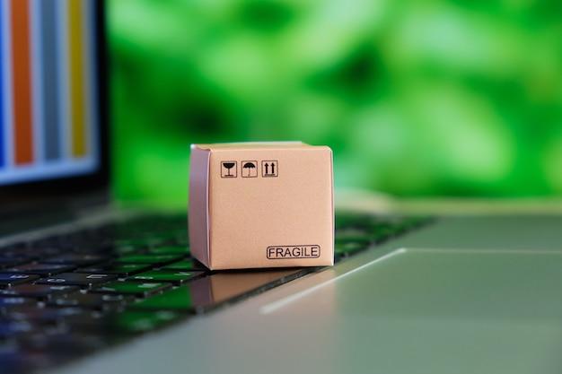 コンピューター上のプログラムを介した倉庫内の商品の入手可能性に関する情報の概念。