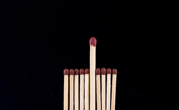 Концепция лидерства. спички на черном фоне