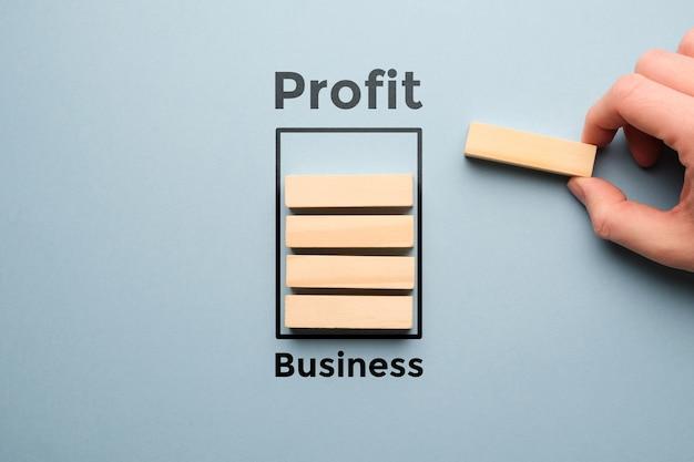 사람 손으로 로딩 바의 형태로 비즈니스 활동에서 이익을 얻는 개념.