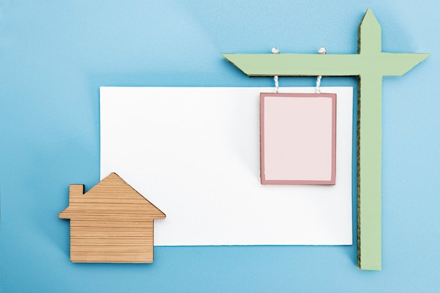 주택 및 부동산의 모기지, 판매 및 임대의 개념. 주택이 있는 명함을 배경으로 주택 매매 또는 임대에 대한 표시입니다. 공간을 복사합니다. 모형.