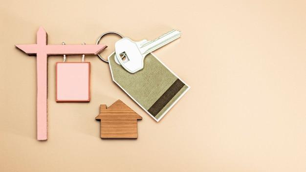 Понятие ипотеки, продажи и аренды жилья и недвижимости. ипотечное кредитование. мемориальная вывеска о продаже или аренде дома с ключами. скопируйте пространство.