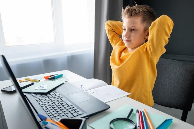 Понятие онлайн-образования, домашнего обучения, технологий, карантина, самоизоляции.