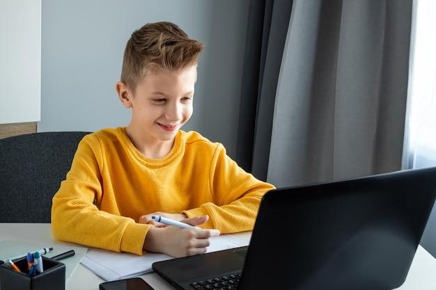 オンライン学習、自宅での遠隔学習、テクノロジー、学校のコンセプト。