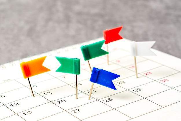 Концепция планирования и крайнего срока с канцелярской кнопкой на календарной дате.