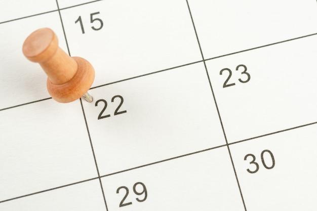 Концепция планирования и крайний срок с канцелярской кнопкой на календарной дате