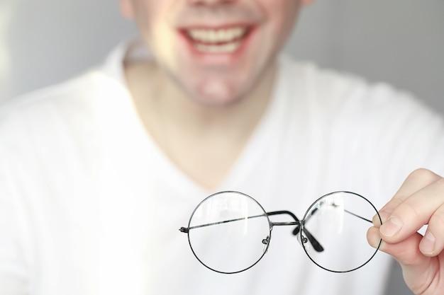 시력 저하의 개념 콘택트 렌즈와 안경을 손에 들고
