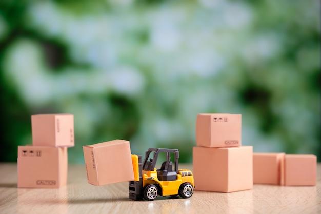 フォークリフトを使用して出荷する貨物を準備するという概念