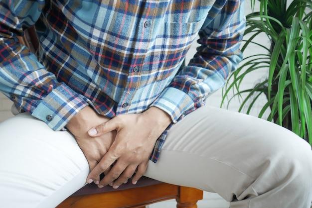 젊은 사람의 전립선 및 방광 문제 가랑이 통증의 개념