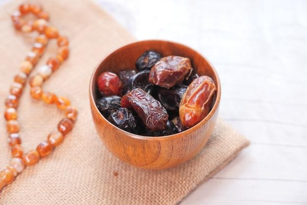 ラマダンのコンセプト、ボウルに新鮮な日付の果物