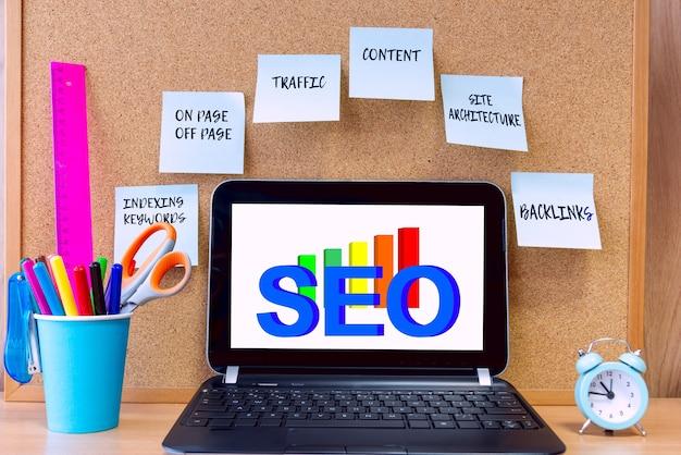 컴퓨터 화면에서 검색 엔진 최적화(seo)의 개념. seo, 개념에 대한 메모가 있는 스티커