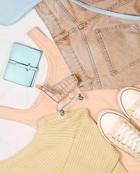 Концепция покупок женской одежды и аксессуаров