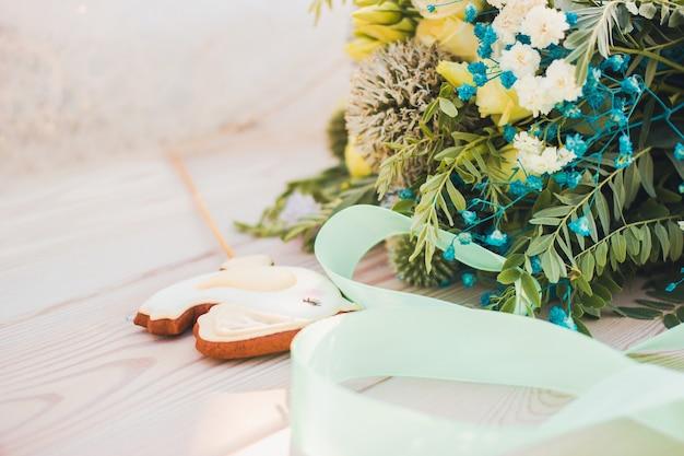 野生の花の美しい花束と聖バレンタインデーまたは結婚式の概念